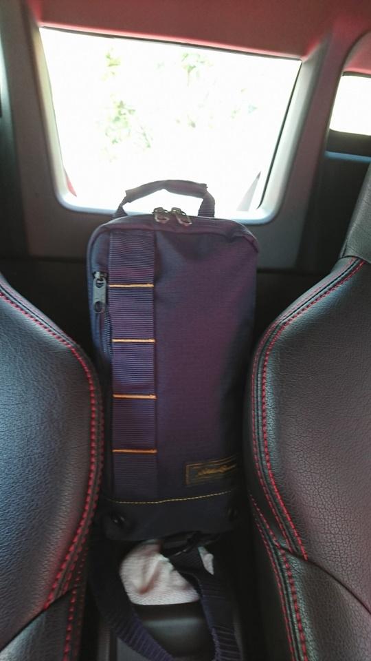 エディー・バウアーのバッグをシートセンターに
